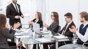 Aff?rslag som appl?derar till chefen Finance p? presentationen av det nya projektet i arbetsplatsen arkivbild