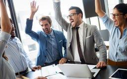 Aff?rslag som firar ett bra jobb i kontoret royaltyfri fotografi