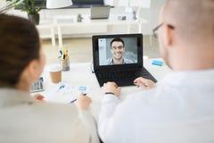 Aff?rslag som har videokonferens p? kontoret arkivfoto