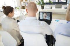 Aff?rslag som har videokonferens p? kontoret arkivfoton