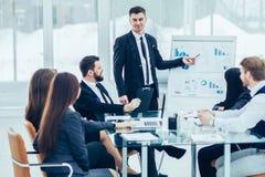 aff?rslaget ger en presentation av ett nytt finansiellt projekt f?r aff?rspartnerna av f?retaget royaltyfri bild