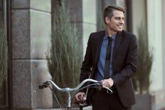 Aff?rsman med cykeln royaltyfria foton
