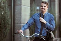 Aff?rsman med cykeln fotografering för bildbyråer