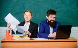 Aff?rsman och sekreterare tillbaka skola till formell utbildning Skrivbordsarbete white f?r kontor f?r livstid f?r bild f?r bakgr fotografering för bildbyråer