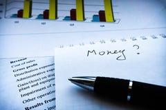 Aff?rsman som analyserar investeringdiagram och meddelande och finansiell rapport royaltyfri fotografi