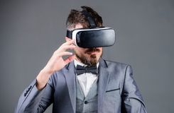 Aff?rsmannen unders?ker virtuell verklighet Digital teknologi f?r aff?r Virtuell verklighet f?r aff?rsman modern grej arkivbilder