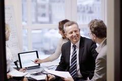 Aff?rspartners som kopplas in i dialog i ett modernt kontor arkivfoton