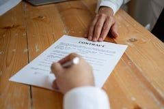Aff?rspartners som undertecknar ett avtal royaltyfri bild