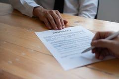 Aff?rspartners som undertecknar ett avtal arkivbilder