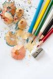 Affûteuse, crayons en bois colorés Photo stock
