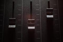 Affaiblisseurs d'une console de mélange photos stock