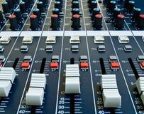 Affaiblisseurs sur le mélangeur sonore photographie stock libre de droits