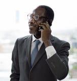 Affaire Cocnept d'affaires de Talking Mobile Phone d'homme d'affaires images libres de droits