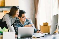 Affaire de famille de jeunes couples asiatiques, emballage de marketing en ligne et scène de démarrage de la livraison Images stock
