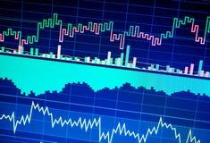Affaires analysant des statistiques financières affichées sur l'écran photo stock