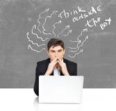 Affaires avec la séance de réflexion d'homme d'ordinateur portable Photo libre de droits