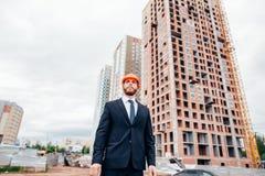 Affaires, bâtiment, industrie, technologie et concept de personnes - constructeur dans le masque Photo stock