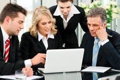 Affaires - contact d'équipe dans un bureau