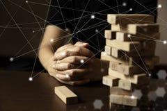 Affaires contemplant prévoyant le bloc en bois sous le réseau social sur la table en bois et le démarrage noir d'association d'en photos libres de droits