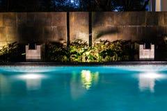 Affaires d'éclairage pour la piscine de luxe d'arrière-cour Mode de vie décontracté avec la conception contemporaine des professi photos libres de droits