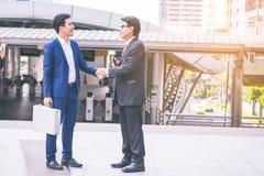 Affaires de deux amis à la ville Équipe d'affaires Image stock