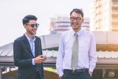 Affaires de deux amis à la ville Équipe d'affaires Photographie stock libre de droits