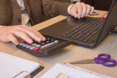 Affaires de finances et de comptabilité Jeune homme d'affaires Calculating Finance Bills dans le bureau Stylo sur des comptes d'é photos stock