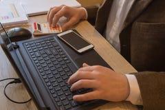 Affaires de finances et de comptabilité Jeune homme d'affaires Calculating Finance Bills dans le bureau Stylo sur des comptes d'é photographie stock libre de droits