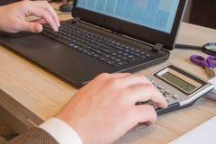Affaires de finances et de comptabilité Jeune homme d'affaires Calculating Finance Bills dans le bureau Stylo sur des comptes d'é image libre de droits