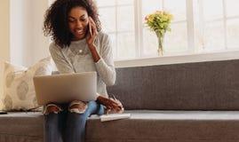 Affaires de gestion d'entrepreneur de femme de maison avec le téléphone portable photo libre de droits