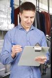 Affaires de mode de Running On Line d'homme d'affaires avec le presse-papiers image stock