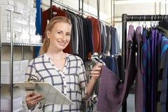 Affaires de mode de Running On Line de femme d'affaires images stock