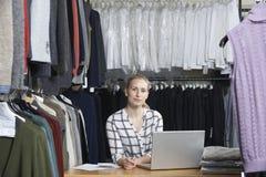 Affaires de mode de Running On Line de femme d'affaires photo stock