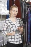 Affaires de mode de Running On Line de femme d'affaires avec Digital Tabl image libre de droits