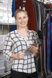 Affaires de mode de Running On Line de femme d'affaires avec Digital Tabl images libres de droits