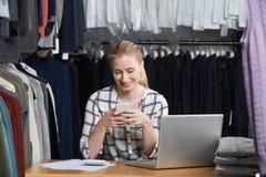 Affaires de mode de Running On Line de femme d'affaires dans l'entrepôt Usin photo stock