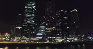 Affaires de nuit aériennes construisant la ville de Moscou banque de vidéos