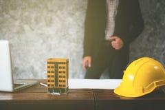 Affaires de propriété avec des maisons et des bâtiments à vendre Photographie stock libre de droits