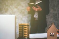 Affaires de propriété avec des maisons et des bâtiments à vendre Photos stock