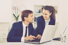 Affaires deux masculines et assistants féminins portant le havin de formalwear Image stock