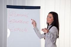 Affaires donnant des leçons particulières pour et par de jeunes femmes image stock