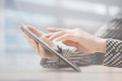 Affaires en ligne au bureau Image stock