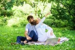 Affaires en ligne modernes Concept indépendant d'avantage de la vie La jeunesse de couples dépensent des loisirs fonctionnant deh photographie stock libre de droits