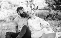 Affaires en ligne modernes La jeunesse de couples dépensent des loisirs fonctionnant dehors avec l'ordinateur portable Comment éq photographie stock libre de droits