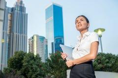 Affaires et femme Femme d'affaires sûre se tenant sur une rue Image libre de droits