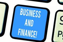 Affaires et finances des textes d'écriture de Word Concept d'affaires pour la gestion des capitaux et l'argent d'un clavier d'org images libres de droits