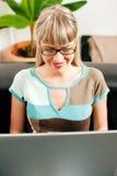 Affaires femelles de telecommuter et de sofa Photo stock