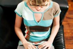 Affaires femelles de telecommuter et de sofa Image libre de droits