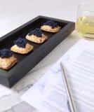 Affaires fermées, caviar et saumons Photographie stock libre de droits