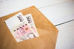 affaires, finances, économie, encaissant le concept - fin vers le haut de paquet de couronne tchèque d'argent dans l'enveloppe su image libre de droits